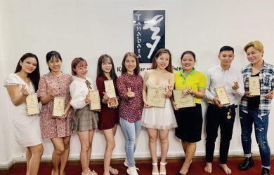 Bà Phạm Thị Yến Nhi – Founder Tanabata phát quà trung thu