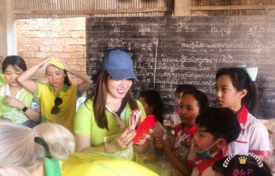 七夕カンボジアは川沿いの貧しい地域で慈善活動への旅を続けています