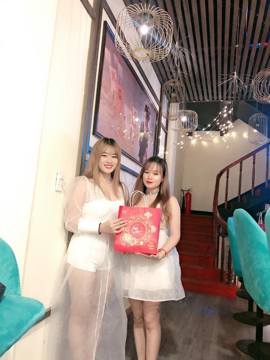 Nhân viên nhận quà nhân dịp Tết Trung Thu 2020 tại Tanabata