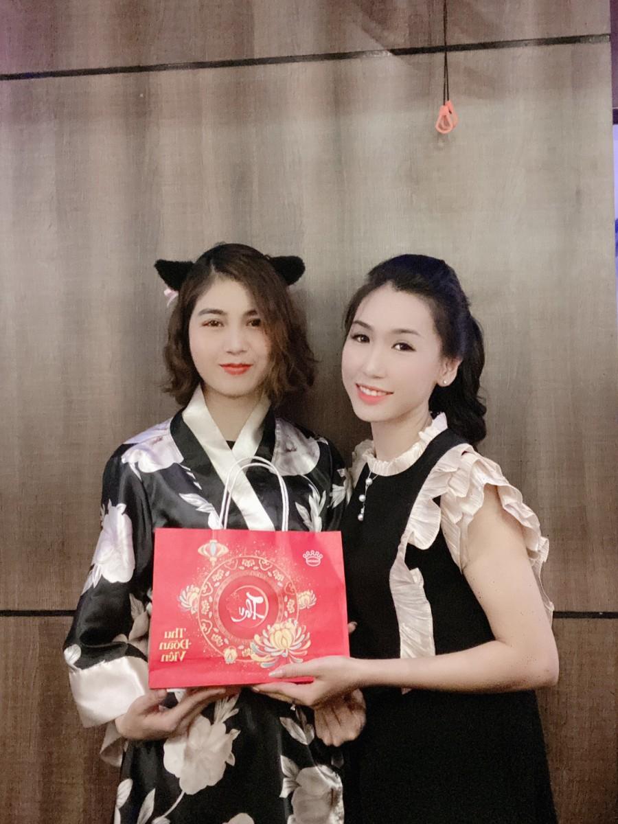 Nhân viên nhận quà tại Hà Nội